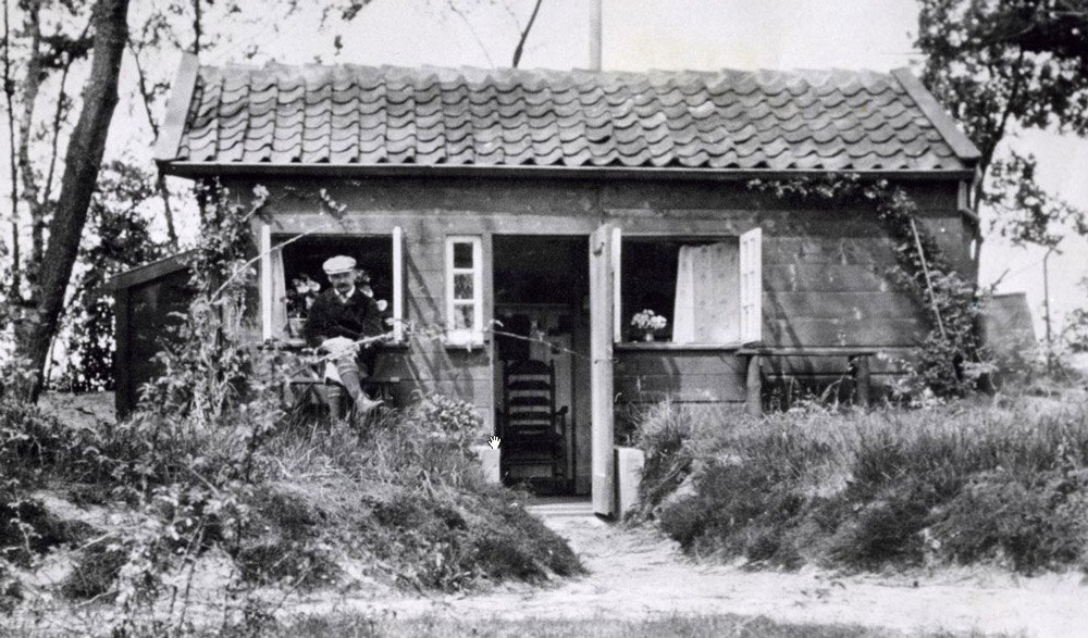 Van Eeden voor zijn hut, Foto Nationaal Archief (gahetna, ik kan 't niet uit m'n ... krijgen)